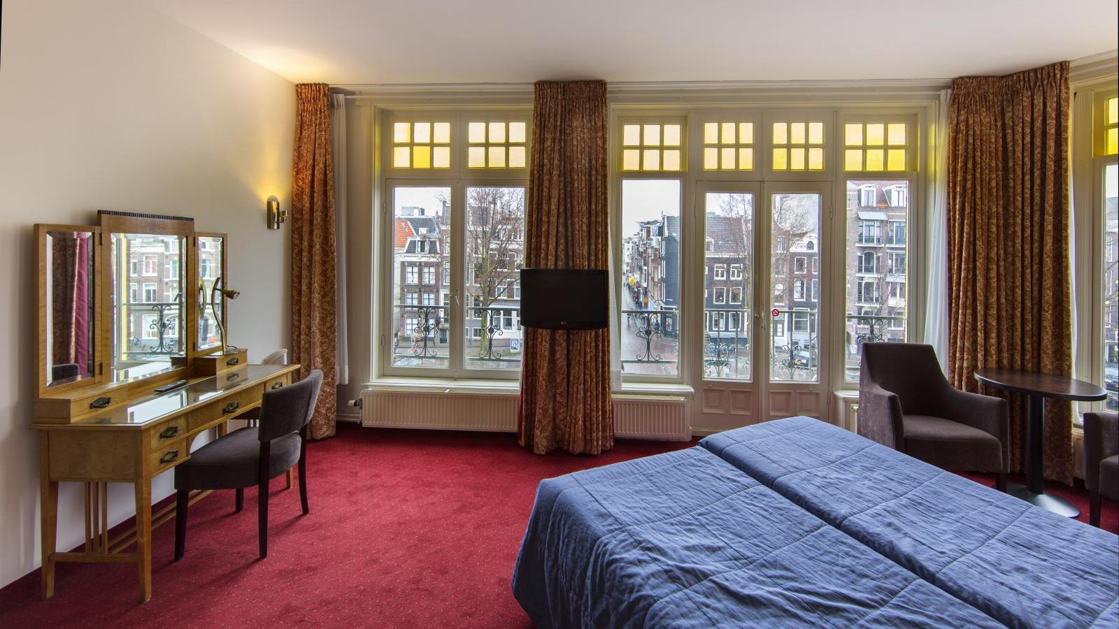 Twin room with canal view